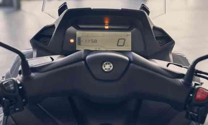 Painel tem ampla tela digital com computador de bordo e tomada 12V para carregar o celular(foto: Yamaha/Divulgação)
