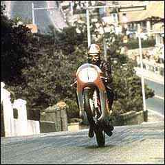 Nas lombadas, motos decolam e, durante o percurso, fazem média de 200km/h - Fotos: A Grande aventura do motociclismo/Giacomo Agostini/Reprodução