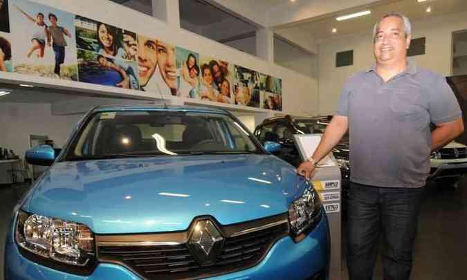 Cliente assíduo Renault, o funcionário público Aníbal Fêlix Barbosa olha o quarto Sandero na Valence(foto: Cristina Horta/EM/D.A Press)