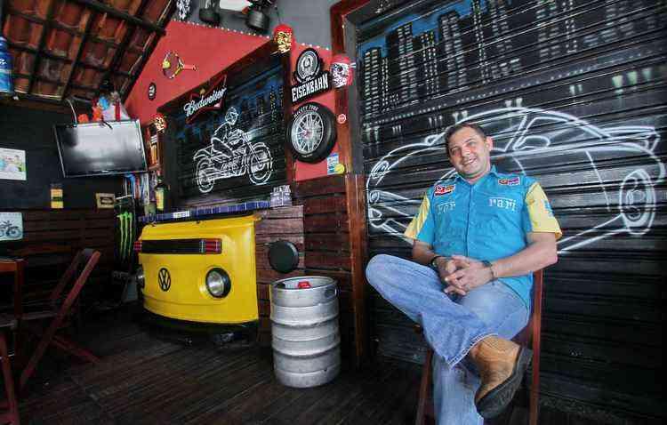 Marcos Araújo é proprietário do bar Garage M Power  e decorou o estabelecimento com, entre outras coisas, peças de uma Kombi 1986 - Thalyta Tavares / ESP DP
