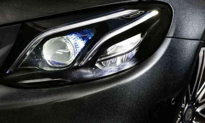 Faróis de 84 LEDs distribuem a luz automaticamente (foto: Mercedes-Benz/Divulgação)