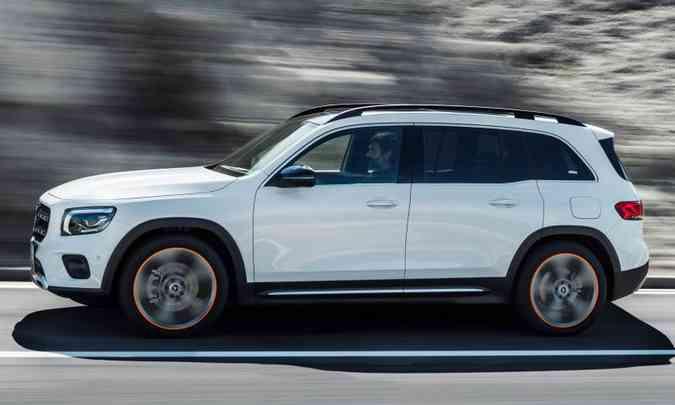 A Mercedes-Benz lança o GLB, que divide plataforma com o GLA, mas carrega até sete pessoas. O SUV tem 4,62m de comprimento e 2,83m de entre-eixos, o que permite ainda ter um porta-malas de 560 litros.(foto: Mercedes-Benz/Divulgação)