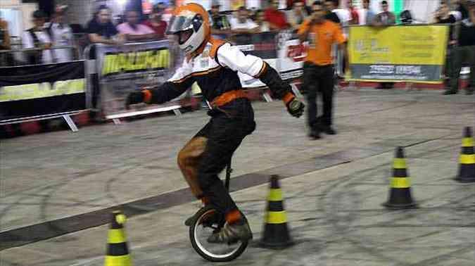 Uma das manobras de Jean em seu monociclo(foto: Marcello Oliveira/EM/D.A PRESS)