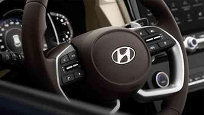 O volante de base achatada é revestido em couro e traz alguns comandos(foto: Hyundai/Divulgação)