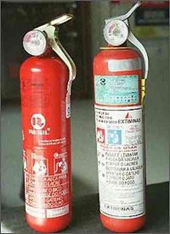 Extintor do tipo ABC - a esquerda - substitui o BC(foto: Fotos Jair Amaral/EM/D.A. Press)