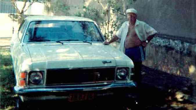 Newton Palhares e o Opala, de quatro cilindros, no qual passeava e viajava com o neto(foto: Arquivo Pessoal)