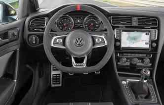 Detalhes da versão Clubsport estão presentes no painel, console e volante(foto: Volkswagen/ Divulgação)