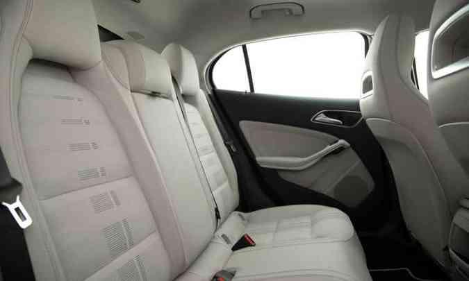 Espaço no banco traseiro acomoda três pessoas com relativo conforto(foto: Malagrine Estúdio/Mercedes-Benz/Divulgação)