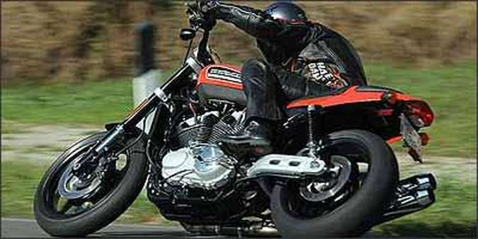 Escapes são duplos e curvados para cima, para facilitar a inclinação nas curvas(foto: Fotos: Harley-Davidson/Divulgação)