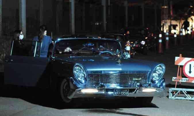 O belíssimo Lincoln Continental de 1958 era o primeiro da fila no drive-in (foto: Túlio Santos/EM/D.A Press)