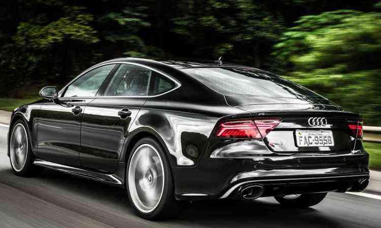 A traseira curta e as rodas de 21 polegadas conferem o toque esportivo ao sedã - Audi/Divulgação