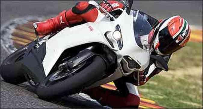 Faróis estão acima das entradas de ar, que pressurizam o motor em altas velocidades(foto: Fotos: Ducati/Divulgação)