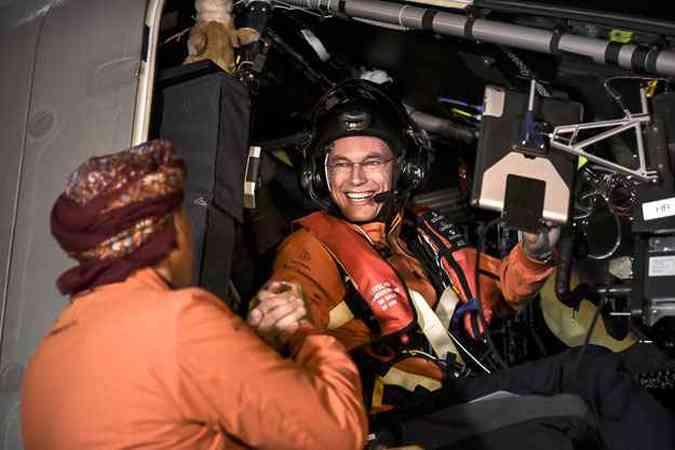 Piloto Andre Borschberg (E), cumprimenta seu colega de voo Bertrand Piccard antes do primeiro voo(foto: AFP PHOTO / SOLAR IMPULSE / OLGA STEFATOU )