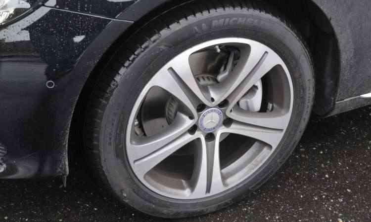 As rodas de liga leve aro 18 polegadas são calçadas com pneus de medida 245/45 - Juarez Rodrigues/EM/D.A Press