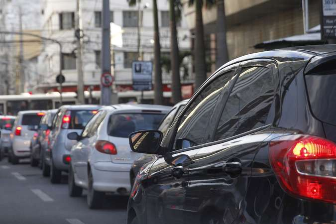 Vidros abertos estão diretamente ligados a pressão do ar quente que entra no carro e faz com que o motor exerça mais força(foto: Ricardo Fernandes/DP)