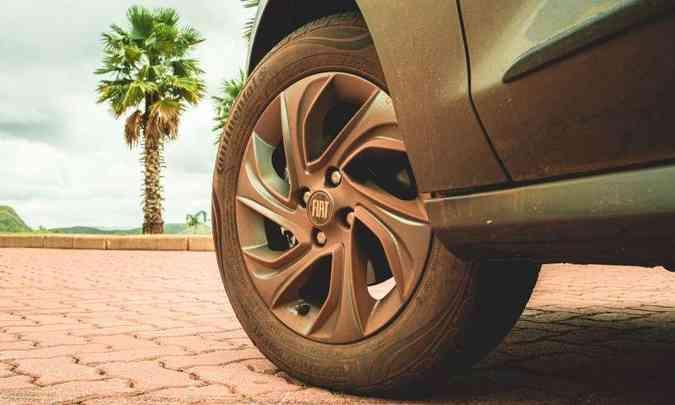 As rodas da versão são de liga leve, de 15 polegadas, com pneus 185/60 R15, mas são opcionais (foto: Fotos: Jorge Lopes/EM/D.A Press)