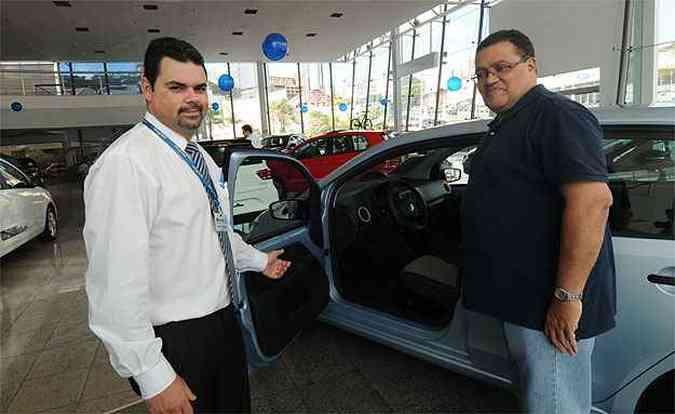 Auxiliado por Bruno Ramos, Luiz Cláudio olha o VW up!, mas ainda não decidiu qual modelo vai comprar(foto: Cristina Horta/EM/D.A Press)