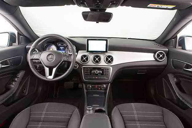 O painel do Mercedes sugere uma esportividade que o carro não oferece - Estúdio Malagrine/Mercedes-Benz/Divulgação