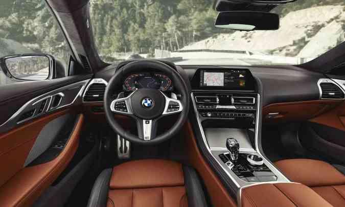 O interior tem acabamento sofisticado, com couro em duas cores, e painel totalmente digital(foto: BMW/Divulgação)