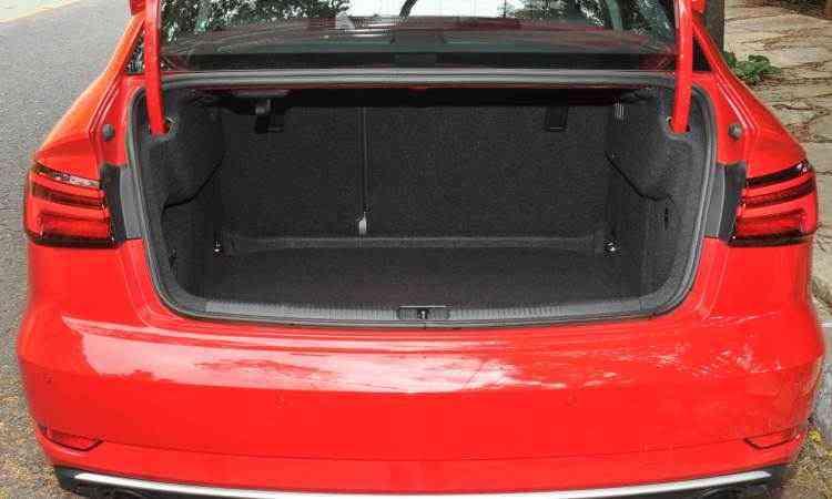 Porta-malas de 425 litros é de bom tamanho - Jair Amaral/EM/D.A Press