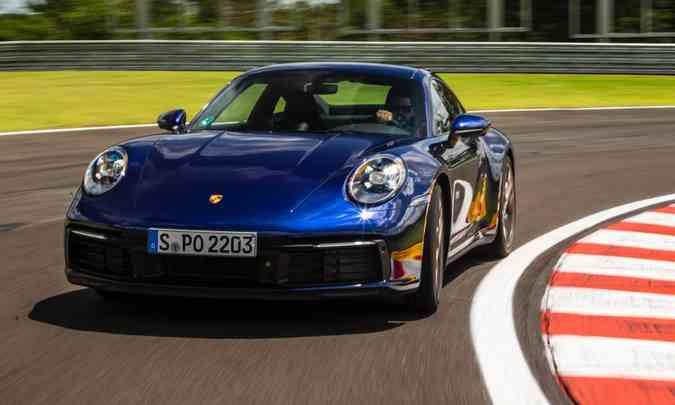 A oitava geração do Porsche 911 trouxe modificações discretas no visual e motor de 450cv, mas ficou com o prêmio