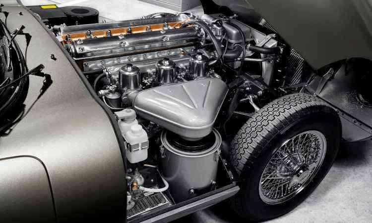 O motor seis cilindros em linha, com potência máxima de 265cv, leva o bólido aos 241km/h - Jaguar/Divulgação