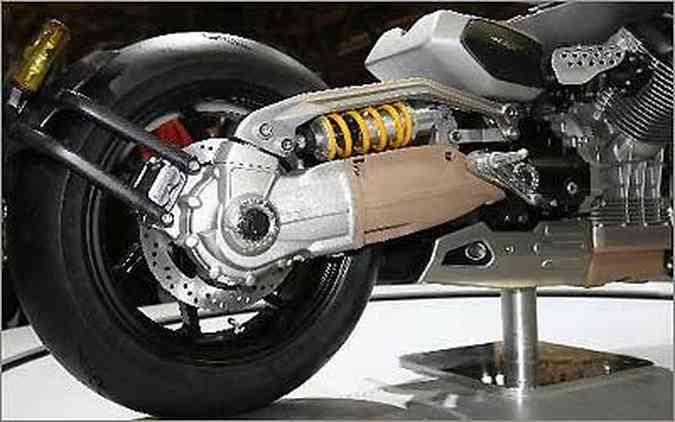 A suspensão traseira, ancorada no corpo do eixo cardã, é do tipo mono, da marca Ohlins e fica na horizontal.