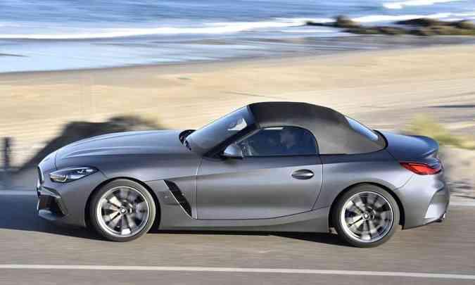 A capota de lona preta tem acionamento elétrico e pode ser aberta ou fechada em 10 segundos, com o carro em movimento(foto: BMW/Divulgação)