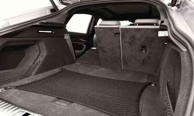 Em condições normais, o porta-malas tem capacidade de 555 litros(foto: Audi/Divulgação)