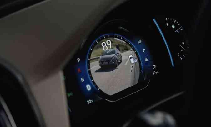 O painel digital colorido tem tela de sete polegadas e reproduz imagem do ponto cego(foto: Hyundai/Divulgação)