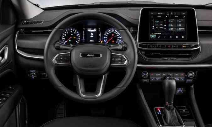 Na versão Sport o painel tem instrumentos analógicos e multimídia com tela de 8,4 polegadas(foto: Jeep/Divulgação)