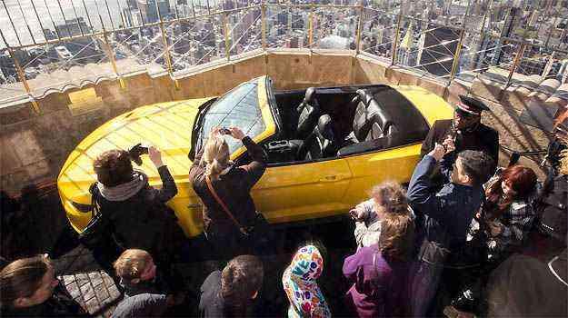 Turistas se surpreendem com o Mustang no terraço do arranha-céu - AFP