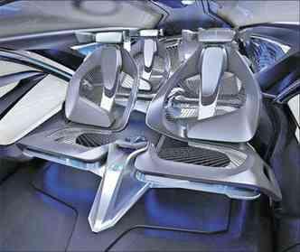 Interior se assemelha a uma nave espacial e estrutura de bancos é estreita (foto: Chevrolet / Divulgação)