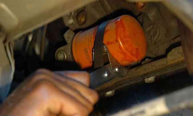 O filtro de óleo deve ser trocado juntamente com o lubrificante, para evitar a contaminação(foto: Emmanuel Pinheiro/EM/D.A Press)