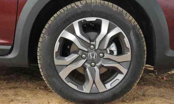 As rodas são de liga leve de 16 polegadas, mas os pneus não são de uso misto(foto: Jair Amaral/EM/D.A Press)
