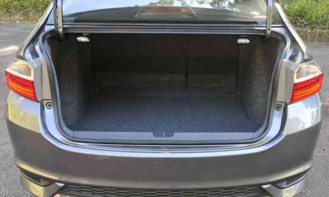 Porta-malas de 536 litros tem bom espaço para bagagem(foto: Juarez Rodrigues/EM/D.A Press)