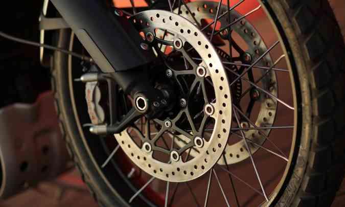 Os freios são ABS de curvas(foto: João Mantovani/Triumph/Divulgação)