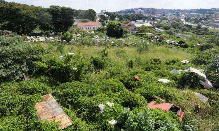 No trecho que fica nos fundos do depósito de carros, é fácil encontrar pessoas com dengue - Gladyston Rodrigues/EM/D.A Press