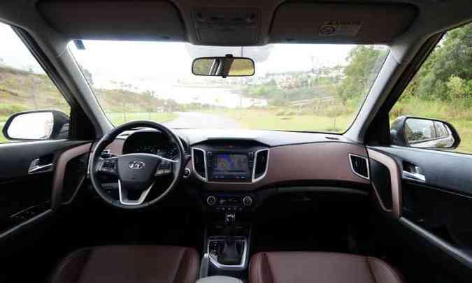 Versão testada tem o interior revestido com couro marrom e central multimídia blueNav(foto: Gladyston Rodrigues/EM/D.A Press)