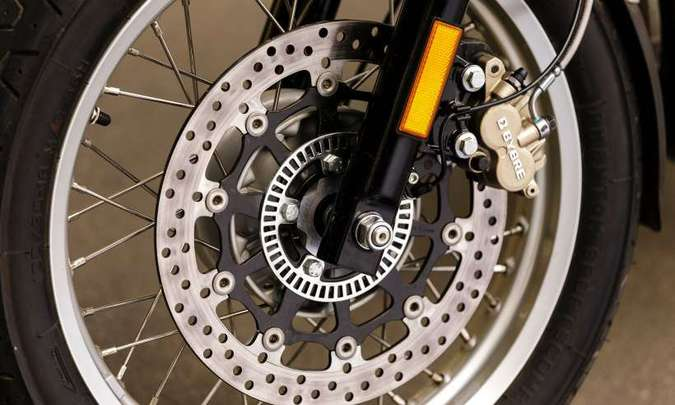 As rodas de alumínio têm aros de 18 polegadas de diâmetro(foto: Johanes Duarte/Royal Enfield/Divulgação)