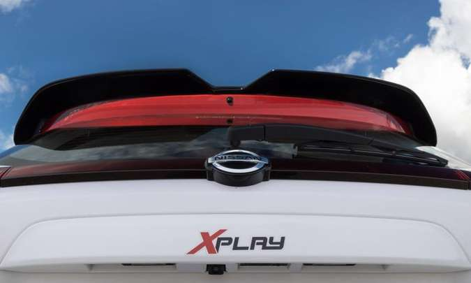 O nome da versão está registrado na traseira do carro, que traz ainda um aerofólio pintado em preto brilhante(foto: Nissan/Divulgação)