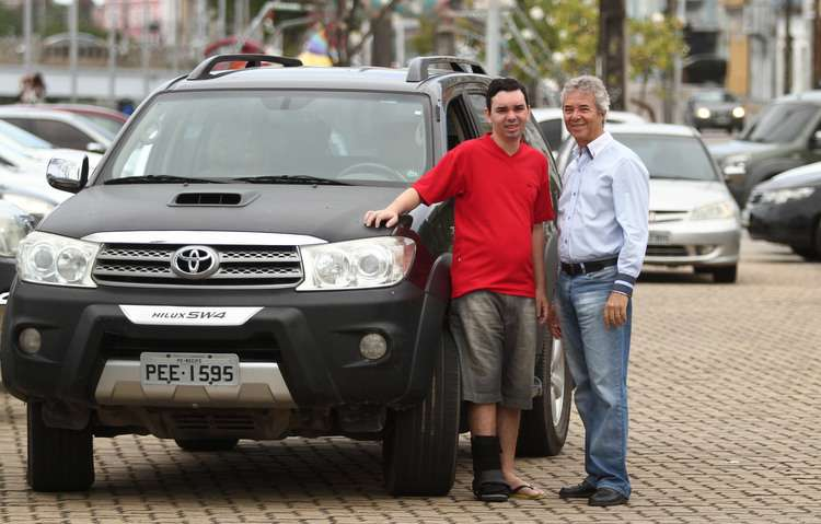Everaldo é quem transporta, com um cuidado especial, o filho Thiago no dia a dia. FOTO: Peu Ricardo / DP  - Everaldo é quem transporta, com um cuidado especial, o filho Thiago no dia a dia. FOTO: Peu Ricardo / DP