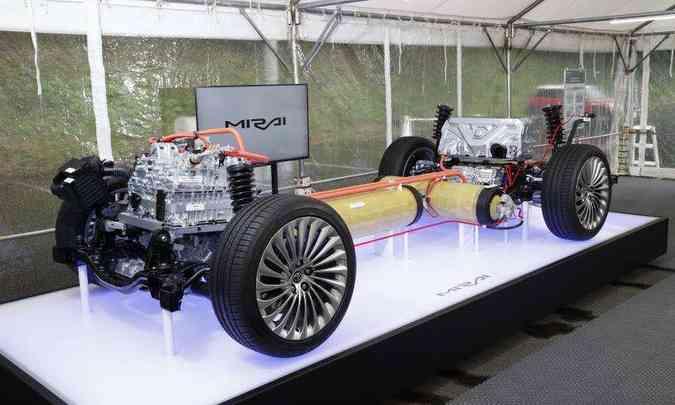 Sem a carroceria, plataforma deixa ver os reservatórios de hidrogênio, a célula-combustível e o motor elétrico do Toyota Mirai(foto: Toyota/Divulgação)