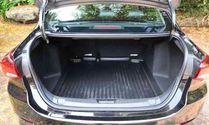 O porta-malas tem 469 litros de capacidade e bandeja de plástico removível, bem prática(foto: Gladyston Rodrigues/EM/D.A Press)