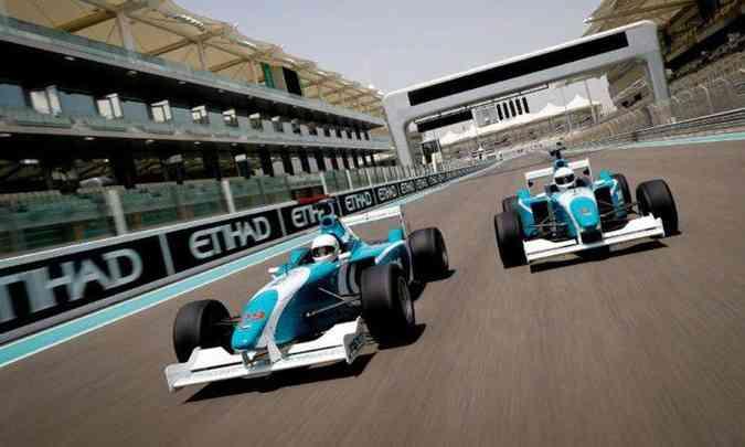 Até bólidos da Fórmula 3000 são disponibilizados na pista do autódromo(foto: Yas Marina Circuit Ninthdegree Dubai/Divulgação)