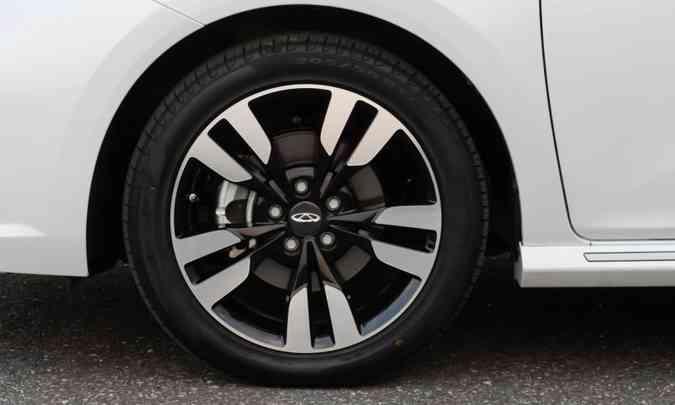As rodas são de liga leve de 17 polegadas, calçadas com pneus na medida 205/50 R17(foto: Caoa Chery/Divulgação)