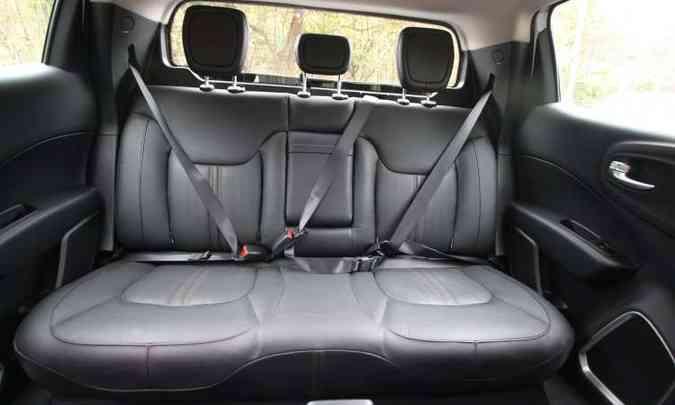 No banco traseiro o espaço proporciona conforto para apenas dois passageiros(foto: Edésio Ferreira/EM/D.A Press)