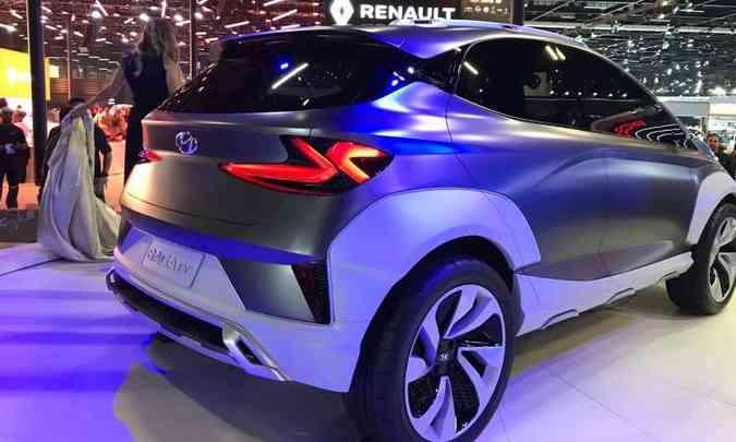O Hyundai Saga EV tem formas volumosas, com muitos vincos e conjunto óptico ousado (foto: Pedro Cerqueira/EM/D.A Press)