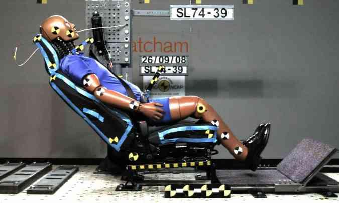 Como na imagem, apoios de cabeça precisam ser devidamente ajustados...(foto: Euro NCAP/Divulgação)