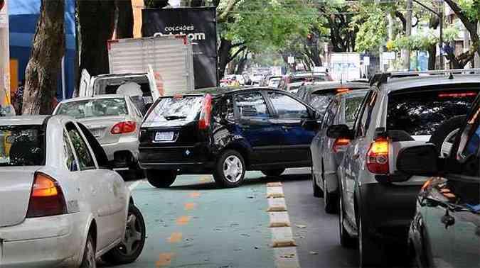 Carro invade ciclovia na Rua São Paulo por causa do espaço reduzido(foto: Gladyston Rodrigues/EM/D.A PRESS)
